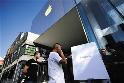 9月22日,苹果iPhone8全国开售,此次发售采用网上预约购买的形式,记者在三里屯苹果直营店看到,现场未出现大量排队的情况。 新京报记者 陶冉 摄