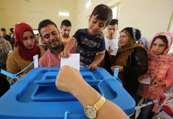 伊拉克库尔德人在25日的独立公投中排队投票(法新社)