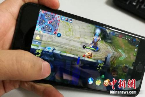 资料图:网友在用手机流量玩游戏。中新网 程春雨 摄