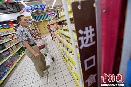 8月8日,山西太原,民众在超市挑选进口商品。中新社记者 张云 摄