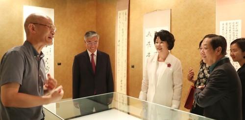 8月22日,金正淑在邱国洪大使和中国艺术家韩美林陪同下参观齐白石作品展。