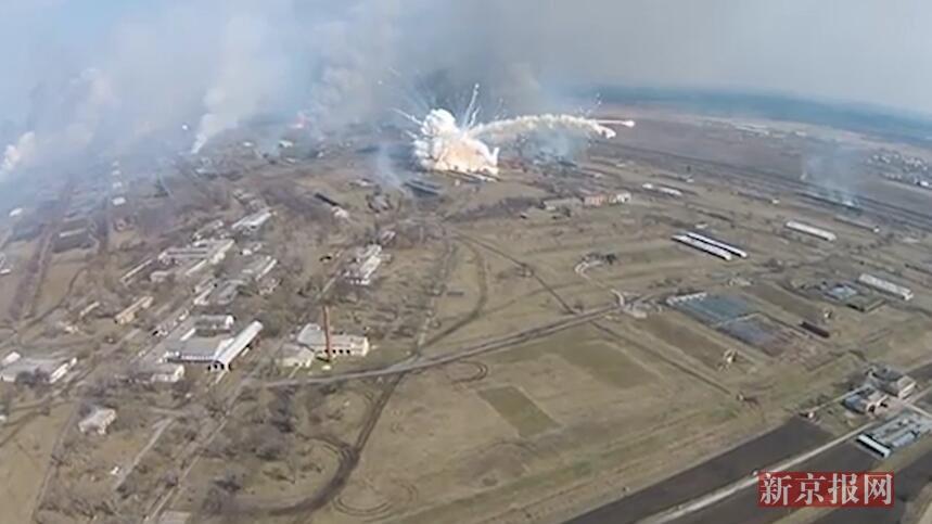 现场:乌克兰一大型军火库发生爆炸 大量弹药飞到空中