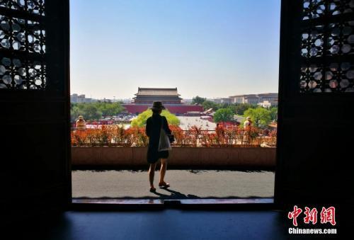 资料图:9月,北京进入秋高气爽时节,图为故宫博物院工作人员在故宫内穿行。中新社记者 杨可佳 摄