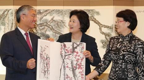 左起依次为邱国洪大使、韩国第一夫人金正淑、大使夫人李珊。(图片来源:韩联社)