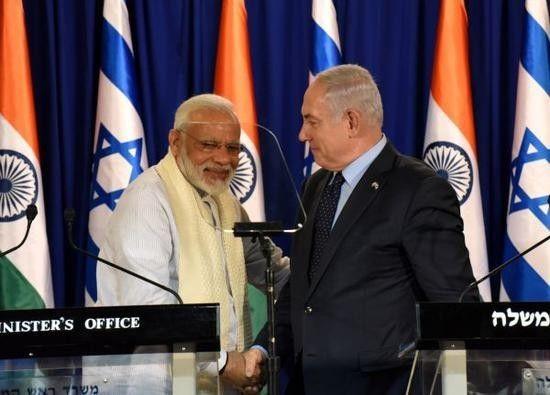 ▲资料图片:7月4日,印度总理莫迪(左)在耶路撒冷与内塔尼亚胡举行记者会时握手。莫迪在访问以色列期间签署了价值5亿美元的军售合同。以色列已成为印度的第三大武器供应国,仅次于美俄。(路透社)