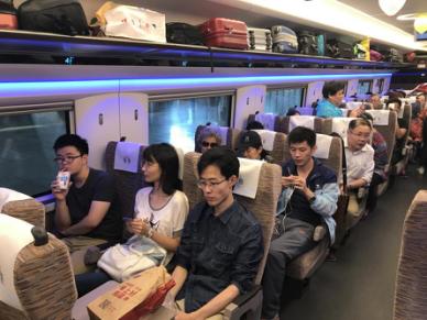 """图:京沪高铁""""复兴号""""G1次列车车厢内场景-京沪高铁 复兴号 今起进"""