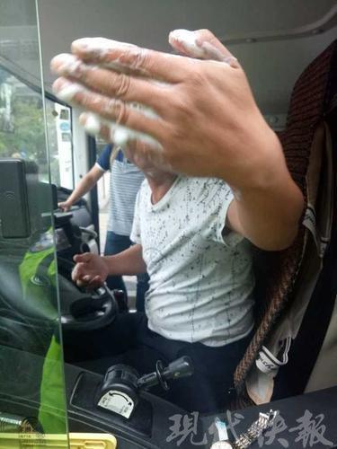 司机违停车内洗头 被查时说能不能等他洗完         ps:(你xx的是想笑死我,好继承我的遗产)