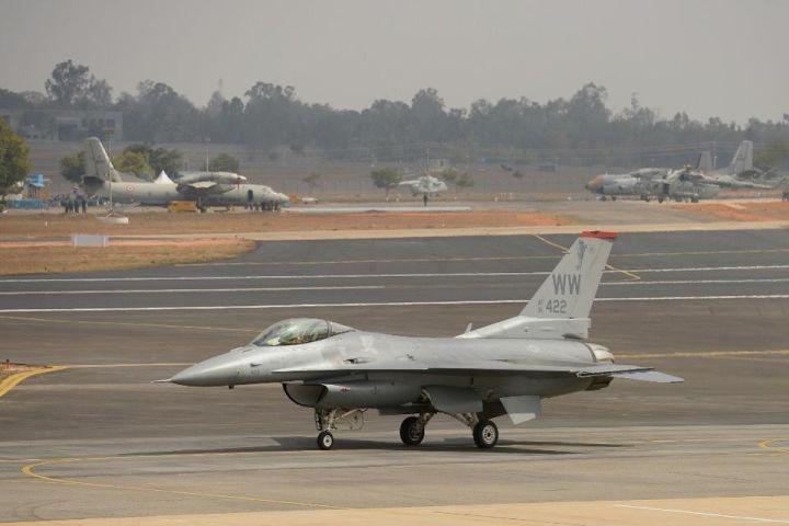 ▲印度班加罗尔机场上的F-16(法新社)