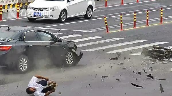 视频|骑摩托车男子被私家车撞飞 消防队员飞奔