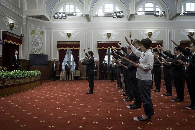 目前台当局公务员宣誓须面对孙中山先生的遗像(图片来源:联合新闻网)