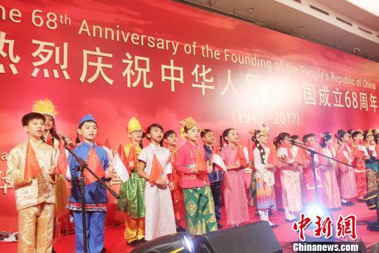 两国小友人齐声独唱中国跟印尼国歌。 林永传 摄