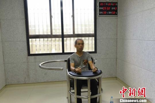 图为:犯罪嫌疑人史俊杰接受审讯。椒江公安供图