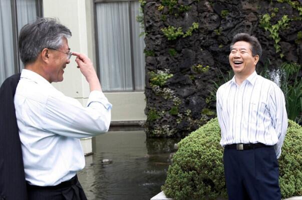 图注:韩国总统文在寅与前总统卢武铉