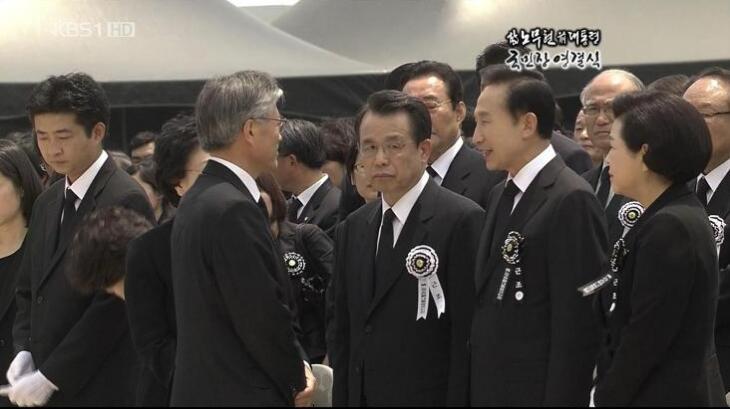 图注:韩国前总统卢武铉葬礼上的李明博