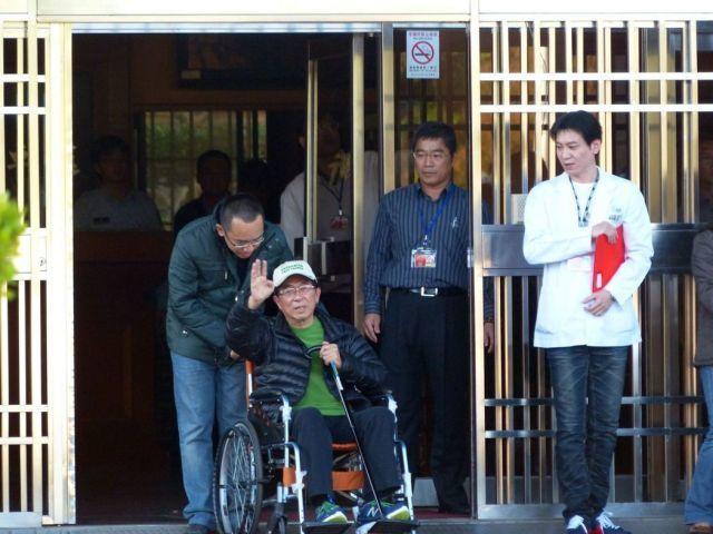 ▲2015年陈水扁保外就医,在儿子陈致中陪同下离开台中监狱。(图片来源:台湾《联合报》)