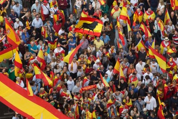 加泰罗尼亚部分民众上街扞卫西班牙统一。(图源:美联社)