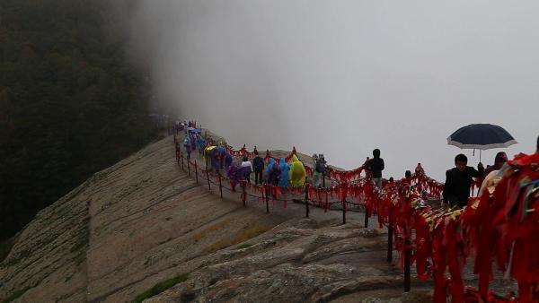 旅客在细雨中登顶西岳西峰莲花峰。