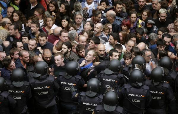 当地时间10月1日,西班牙巴塞罗那,警察与等候在学校外准备参加公投的加泰罗尼亚独立公投支持者发生激烈冲突。东方IC 图