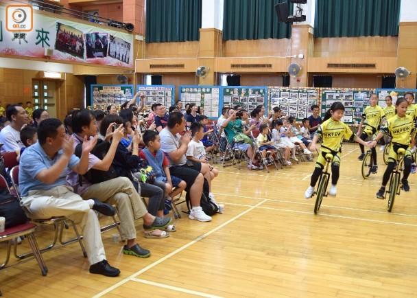 黄楚标学校安排廿多名珠海家长到校参观。(图源:香港东网)
