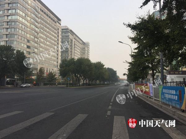10月1日早晨,北京海淀区略有轻雾。