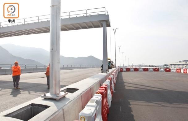 港珠澳大桥通车在望,不少香港小学校已看准时机,招揽珠海等地学童入学。(图源:香港东网)