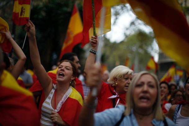 """巴塞罗那市民抗议""""独立公投""""(图源:美联社)"""