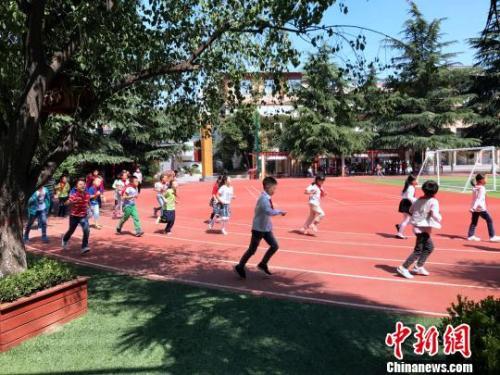资料图:西安市未央区大明宫小学学生上体育课。 梅镱泷 摄