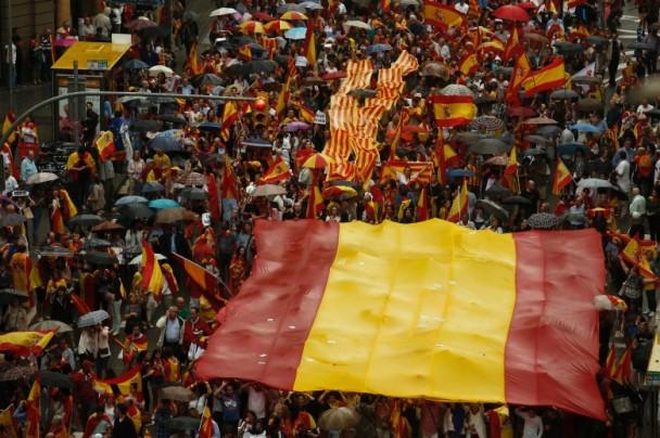 示威者举行西班牙国旗游行。(图源:美联社)