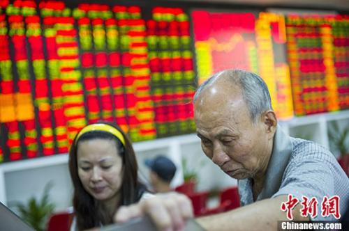 资料图:股民在海口一证券营业部查看大盘走势。 骆云飞 摄