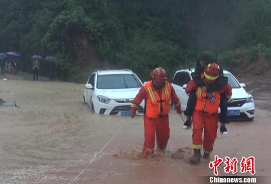 恩施清江中队消防官兵转移被困群众 刘子轩 摄