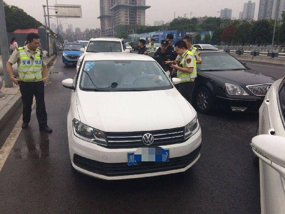 """这辆""""黑车""""被查。交通执法直属支队供图 华龙网发"""