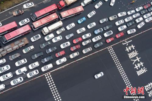 中国国庆长假首日,多地出现出行高峰。中新社记者 泱波 摄
