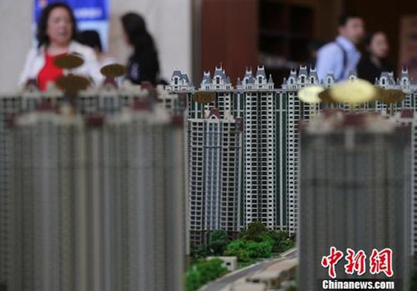 4月19日,市民在南京一家楼盘的售楼处内咨询。