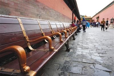 昨天,故宫供游客休息的长椅上有很多空座位。