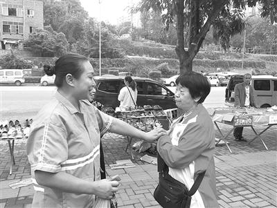 1日上午,王家惠找到了救她老伴的清洁工吴芳,并感谢她。 本报记者 胡杰 摄