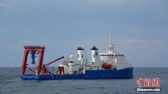 """资料图:""""探索一号""""载人潜水器支持母船。 中新社记者 张素 摄"""