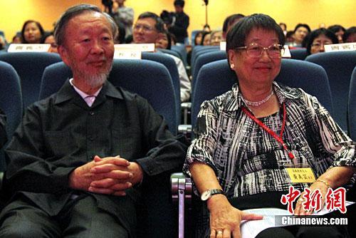 2009年诺贝尔物理学奖得主华裔科学家高锟(左)。