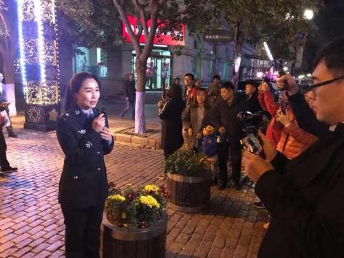 10月1日晚,黑龙江公安厅龙警小妹在哈尔滨中央大街做直播 图/通讯员 刘继滨