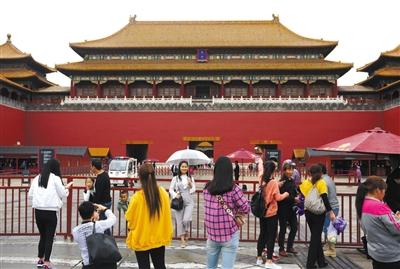 昨天,没有提前网络购票的游客在午门栏杆前拍照留念。