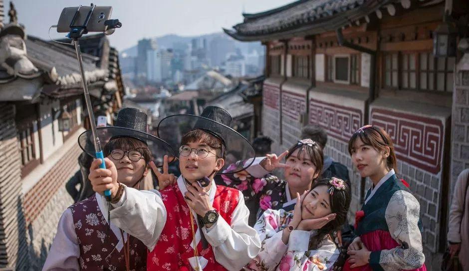▲韩国游客在古迹留影 (图片来源:每日邮报)