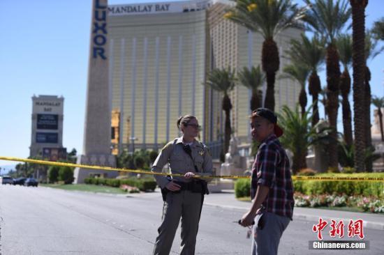 2日,警方在酒店四周拉起警戒线,警车和全副武装的警察严阵以待,不少媒体记者和游客也聚集于此。 中新社记者 张朔 摄