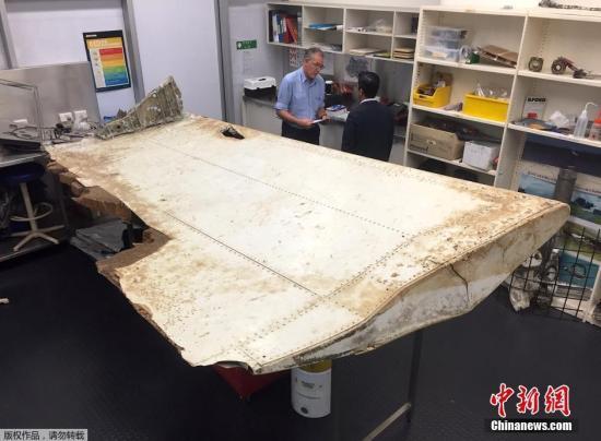当地时间7月20日,澳大利亚堪培拉,澳大利亚和马来西亚双方人员对上个月在坦桑尼亚发现的飞机碎片进行研究,双方将对碎片是否属于失事的马航mh370航班客机进行核实。