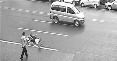 监控记录了清洁工吴芳施救王家惠老伴刘新生的全过程。