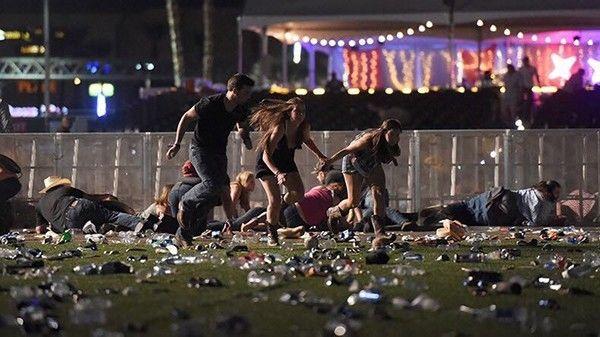 拉斯维加斯枪击现场,人们四散奔逃。