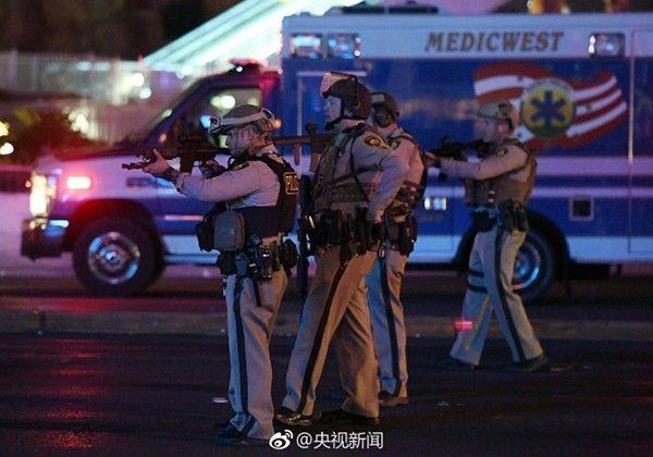 警察在枪击事件现场警戒