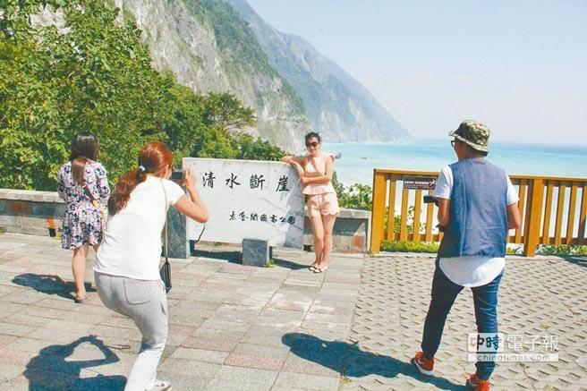 """台湾花莲县境内的著名观光景点清水断崖(图片来源:""""中时电子报"""")"""