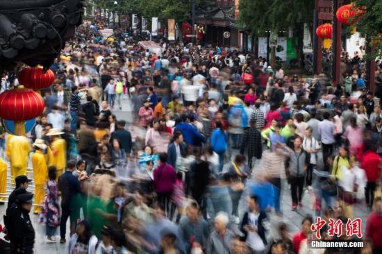10月4日,大批游客涌入南京夫子庙景区,参观秦淮河两岸风光,感受明清科举文化。中新社记者 泱波 摄