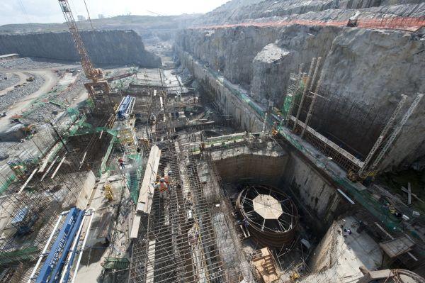 资料图片:这张未注明拍摄日期的照片显示的是在建中的巴西美丽山水电站。2014年2月7日,中国国家电网公司与巴西电力公司组成的联营体成功中标巴西美丽山水电站特高压直流输电项目,这是国家电网公司在海外中标的首个特高压直流输电项目。 新华社发