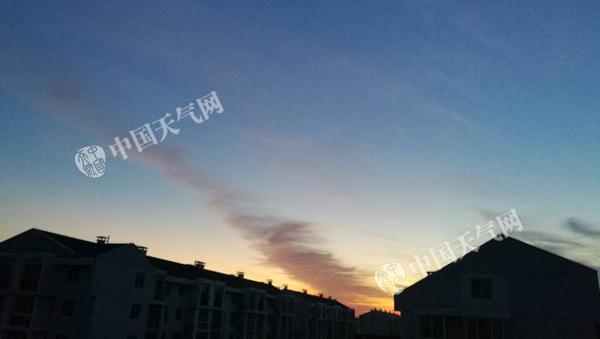 4日早晨北京天空之美(张辉 摄)