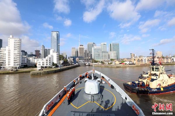 编队黄冈舰准备通过船闸驶入伦敦港金丝雀码头。 林健 摄